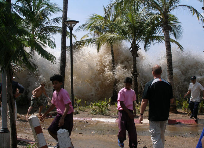Fala tsunami zalewa kurort w Tajlandii, 26 grudnia 2004 roku (David Rydevik/Wikipedia)