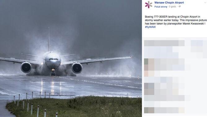 Samolot wyłania się z burzy na lotnisku Chopina